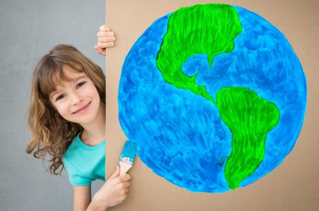 Brinquedos de papelão estimulam a criatividade e ensinam sustentabilidade para crianças.