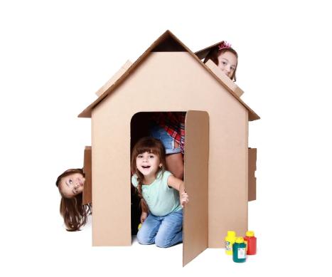 Casa de Papelão para pintar e brincar, com 3 meninas dentro
