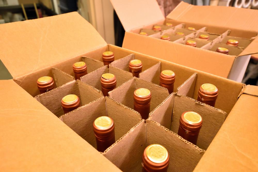 Caixa com separadores para garrafas de bebidas